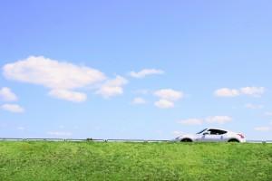 青空と白い車