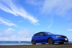 青い車の写真