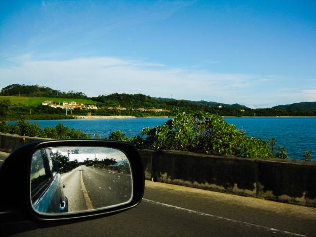 湖畔を走る車