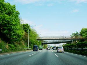 昼の高速道路