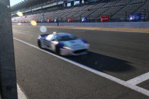 サーキットを走るレーシングカー