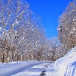 雪が積もった山道