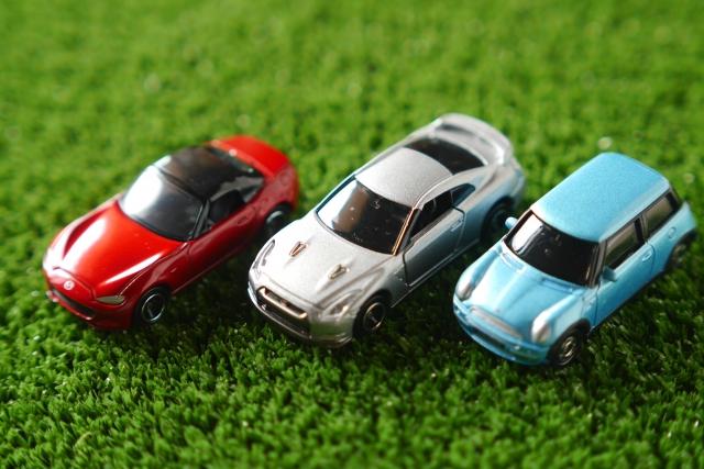 並ぶ3台のミニカー
